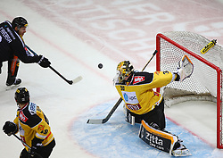 02.02.2016, Albert Schultz Eishalle, Wien, AUT, EBEL, UPC Vienna Capitals vs Dornbirner Eishockey Club, Platzierungsrunde, im Bild Jonathan Daversa (Dornbirner EC), Florian Iberer (UPC Vienna Capitals) und David Kickers (UPC Vienna Capitals) // during the Erste Bank Icehockey League placement round match between UPC Vienna Capitals and Dornbirner Eishockey Club at the Albert Schultz Ice Arena, Vienna, Austria on 2016/02/02. EXPA Pictures © 2016, PhotoCredit: EXPA/ Thomas Haumer