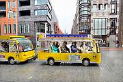 Nederland, Nijmegen, 9-8-2019 Een toeristentreintje rijdt met vooral oudere toeristen door de binnenstad van Nijmegen. Het regent en het stadscentrum is leeg . Ze maken een rondrit door de omgeving. Het treintje start in Beek  . Foto: Flip Franssen