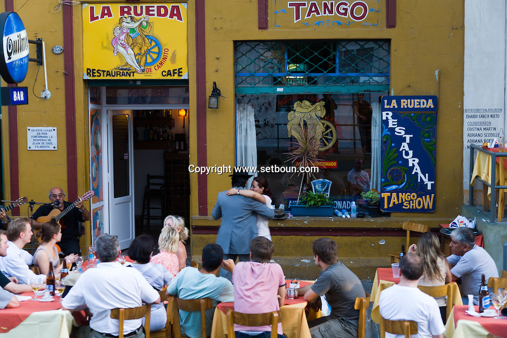 Argentina. Buenos Aires. LE RUEDA - cafe restaurant TANGO in the street  , La Bocca area .  the Historical tango area ,      / cafe restaurant tango - le RUEDA - quartier de la Bocca  Buenos Aires - Argentine  R004