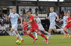 Agon Mucolli (FC Fredericia) rykker mellem Jonas Henriksen og Anders Holst (FC Helsingør) under kampen i 1. Division mellem FC Fredericia og FC Helsingør den 4. oktober 2020 på Monjasa Park i Fredericia (Foto: Claus Birch).