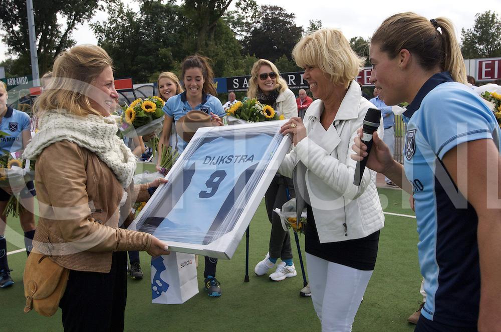 LAREN - Laren v Hurley dames<br /> foto: Afscheid Wieke Dijkstra, bloemen van Kim Lammers en het shirt met nummer 9 van Margriet Zeegers.<br /> FFU PRESS AGENCY COPYRIGHT FRANK UIJLENBROEK