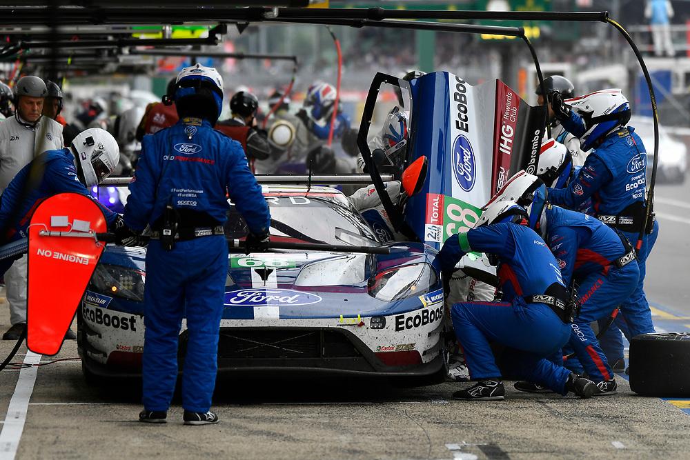 #68 Ford Chip Ganassi Racing Ford GT: Joey Hand, Dirk Müller, Sébastien Bourdais, pit stop<br /> Saturday 16 June 2018<br /> 24 Hours of Le Mans<br /> 2018 24 Hours of Le Mans<br /> Circuit de la Sarthe WI FR<br /> World Copyright: Scott R LePage