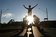 Nova Lima_MG, Brasil...Projeto Fred em Nova Lima. Na foto, silhueta de adolescentes fazendo street dance...The Fred project in Nova Lima. In this photo, the silhouette of teenagers doing street dance...Foto: BRUNO MAGALHAES / NITRO