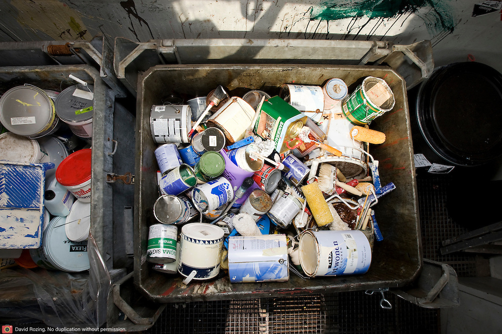 Nederland Barendrecht 30 augustus 20080830 Foto: David Rozing .Milieupark Carnisselande, op het afvalaanbiedstation kunnen afvalstoffen afkomstig van particuliere huishoudens worden aangeboden. Krat vol lege blikken verf etc.Garbage disposal, enviroment, enviromental, green initiative..Foto: David Rozing