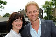 Najaarspresentatie gezamelijke NPOin De Vorstin, Hilversum.<br /> <br /> Op de foto:  Janine Abbring met Menno Bentveld