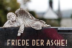 """THEMENBILD - ein Engel und die Aufschrift """"Friede der Asche!"""" auf einem Grabstein in einem Friedhof. Am 1. November, gedenken Katholiken aller Menschen, die in der Kirche als Heilige verehrt werden. Das Fest Allerseelen am darauf folgenden 2. November, ist dem Gedaechtnis aller Verstorbenen gewidmet, aufgenommen am 23.10.2015, Bischofshofen, Oesterreich // an angel and the german words """"Peace of ashes!"""" on a grave stone in a cemetery, Bischofshofen, Austria on 2015/10/23. EXPA Pictures © 2015, PhotoCredit: EXPA/ JFK"""