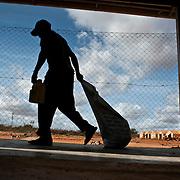 Kenya, Dadaab, le 15-08-11 - camp Ifo 3. Il accueille plus de 400 000 personnes, Dabaab est le plus grand camp de réfugiés au monde.  Ce sont pour la plupart des Somaliens (95%) ayant fuit la guerre et la famine, deux fléaux qui sévissent dans leur pays. Distribution de nourriture par le World Food Program