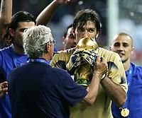 Fotball<br /> VM 2006<br /> Finale<br /> Frankrike v Italia<br /> 09.07.2006<br /> Foto: Witters/Digitalsport<br /> NORWAY ONLY<br /> <br /> v.l. Trainer Marcello Lippi, Torwart Gianluigi Buffon mit WM Pokal Italien Weltmeister 2006<br /> Fussball WM 2006 Finale Italien - Frankreich 6:5 n.E.