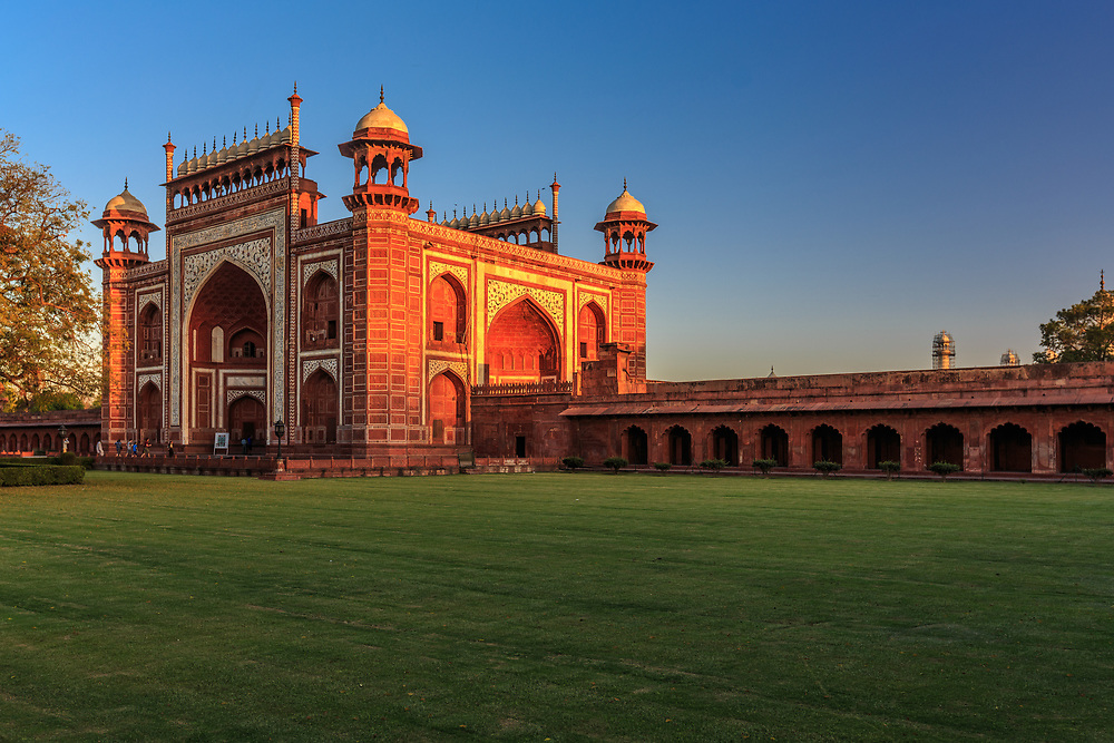 Great gate (Darwaza-i rauza) in Taj Mahal, Agra, India. The top of the gate has eleven domes between two high columns, 22 in all, depicting the number of years it took for the constuction of the Taj Mahal complex.