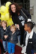 Premiere van de vrolijke familievoorstelling Het mooiste van Sesamstraat in Theater de Meervaart, Amsterdam.<br /> <br /> Op de foto:  Trijntje Oosterhuis met haar moeder en kinderen