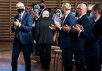 Wysokie Mazowieckie, woj. podlaskie, 20.06.2021. Wizyta prezesa Prawa i Sprawiedliwosci oraz wicepremiera Jaroslawa Kaczyńskiego. Na spotkaniu z mieszkancami i dzialaczami PiS przedstawil zalozenia programu Polski Lad. N/z Jaroslaw Kaczynski (tylem) prezes PiS nagrodzony burza braw i owacja na stojaco fot Michal Kosc / AGENCJA WSCHOD