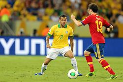 Daniel Alves disputa bola com Juan Mata na partida entre Brasil e Espanha válida pela final da Copa das Confederações 2013, no estádio Maracana, no Rio de Janeiro. FOTO: Jefferson Bernardes/Preview.com