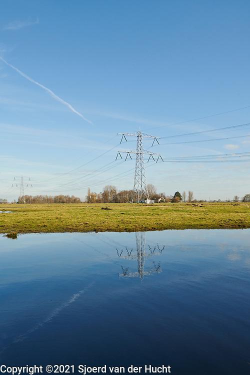 Hoogspanningsmasten in de polder van de Krimpenerwaard.    Electricity pylons in the polder of the Krimpenerwaard, an area in The Netherlands near Gouda and Rotterdam.