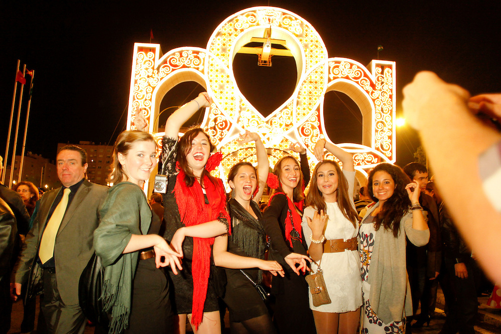 "Abril, 19, 2010. Lifestyle/Spain. Seville April Fair. Night of ""pescaito"" starts the week of April Fair of Seville. The evening starts with a dinner by all members of the ""caseta"" (fraternity) based in fried fish and seafood. At twelve o'clock at night lights up the ""portada"" (cover at main entrance) and  the fairgrounds with ""el alumbrao"" giving the official kickoff of the fair...La noche del ""pescaíto"" da inicio a la semana de la feria de abril de Sevilla. La noche empieza con una cena entre todos los miembros de la caseta a base de pescado frito y marisco. A las doce de la noche se ilumina la portada con ""el alumbrao"" y todo el recinto ferial dando así inicio oficial a la feria."