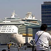 NLD/Amsterdam/20070503 - Grootste cruisschip ter wereld op bezoek in de haven van Amsterdam, Navigator of the Seas