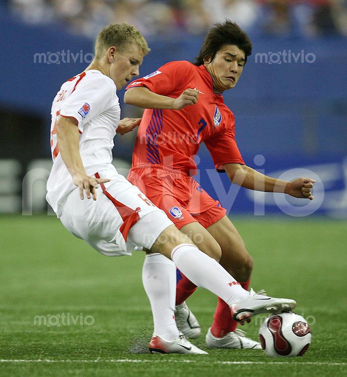 Fussball International U 20 WM  Polen - Korea Adam Danch (POL,li) gegen Jong Jin Park (KOR)