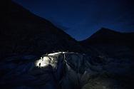 Personengruppe mit Stirnlampen während der Abenddämmerung auf dem Grossen Aletschgletscher, Fiesch, Wallis, Schweiz<br /> <br /> Group of people with headlamps during dusk on the Great Aletsch Glacier, Fiesch, Valais, Switzerland