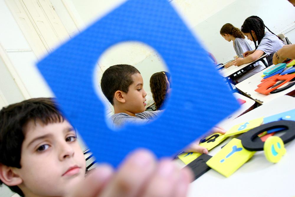 Belo Horizonte_MG, Brasil...1a serie na E. E. Barao do Rio Branco. Na foto crianca aprendendo a escrever...The classroom in E.E. Barao do Rio Branco. In this photo a child learning write...Foto: LEO DRUMOND / NITRO