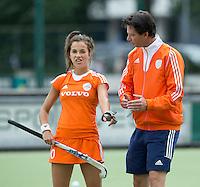EINDHOVEN - Bondscoach Raoul Ehren met aanvoerder Renkse Siersema,  zaterdag bij de oefenwedstrijd tussen het Nederlands team van Jong Oranje Dames en dat van de Vernigde Staten. Volgende week gaat het WK-21 in Duitsland van start. FOTO KOEN SUYK