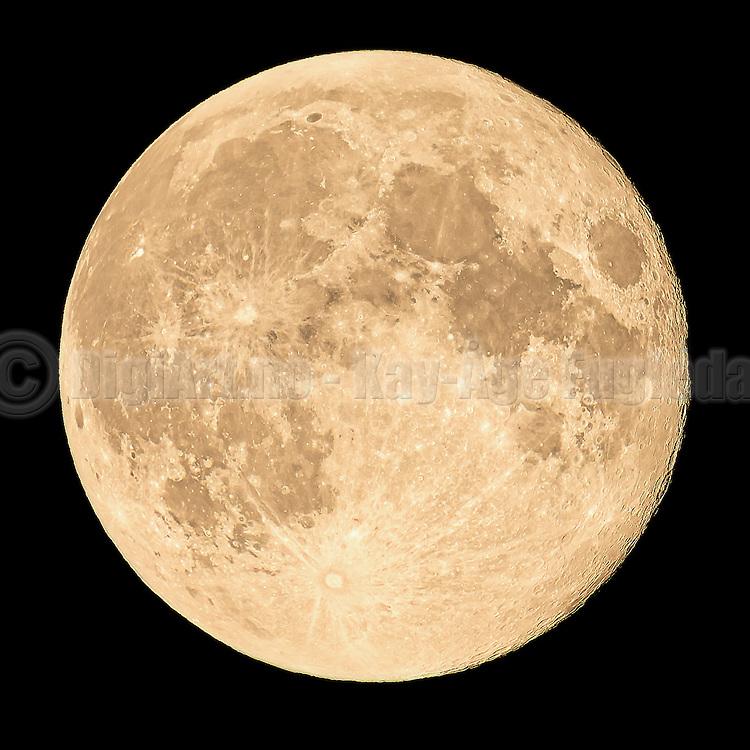 Full moon captured with 1200 mm focal length | Fullmånen fotografert med 1200 mm brennvidde.