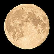 Full moon captured with 1200 mm focal length   Fullmånen fotografert med 1200 mm brennvidde.