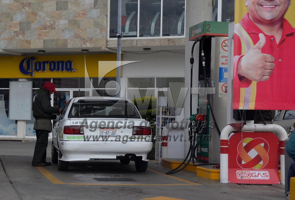 TOLUCA, México.- (Enero 31, 2018).- Debido al constante aumento en el precio de la gasolina, taxistas han resentido el alza y prevén un incremento en el costo de los viajes que realizan. Agencia MVT / Crisanta Espinosa.