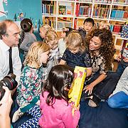 NLD/Amstedam/20161114 Perspresentatie Sinterklaasboeken 2016, Katja Schuurman en dochter Sammy lezen voor