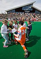 ROTTERDAM - HOCKEY - Aanvoerder Robert van der Horst   deelt handtekeningen uit na de oefenwedstrijd tussen de mannen van Nederland en Engeland (2-1) . FOTO KOEN SUYK