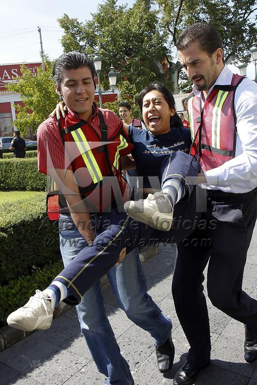 TOLUCA, México.- La UAEM realizó un simulacro de sismo en el edificio de rectoría de esta máxima casa de estudios, en donde se desalojaron alrededor de 500 personas, y se tuvo la presencia de personal de protección civil universitaria, SUEM, bomberos de Toluca, Cruz Roja Mexicana, elementos de la ASE y policías municipales. Agencia MVT / Crisanta Espinosa. (DIGITAL)