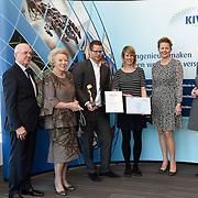 NLD/Delft/20160316 - Prinses Mabel en Prinses Beatrix aanwezig bij uitreiking Prins Friso Ingenieursprijs 2016 ,KIVI-president Martin van Pernis, Tim Horeman-Franse verkozen tot Ingenieur van het Jaar en de  prinsessen Beatrix en Mabel en winnaar Publieksprijs 2016 Ir. Laura Klauss