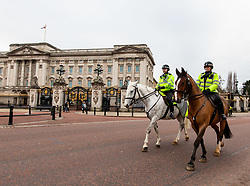 © Licensed to London News Pictures. 21/01/2021. London, UK. Mounted police patrol Green Park and Buckingham Palace today. Police continue to patrol parks across the capital while members of the public wrapped up against the wind and enjoy a walk during lockdown. Today, Prime Minister Boris Johnson warned that it was too early to know if Covid-19 restrictions would be lifted in spring or even summers as infections continue to spread throughout out the capital and the rest of the UK. Photo credit: Alex Lentati/LNP