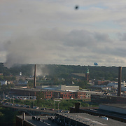 13/09/2018, Lawrence, Massachussets.  Several gray smoke columns rinse across the city of Lawrence.                              Several fires spin out of control around 1:30 pm. Many residents reported an strong smell gas and gas leaks preview the fire or explosion. People are shaked. Hundres spent the nights at shelters set up by the Red Cross. Some made frenetical calls to families and friends. The sirens from first responder comes in all direction.                                 Some parents we follow rush from work to take kids to safer places. Some kids look scare; others cry, a still other play online games.                             |                                   Español                                                    Multiples columnas de humo cubre el cielo de Lawrence. Los fuegos se inicieron en lugares con un fuerte olor a gas liguado, confirmado por el departamento de bomberos. Photo:©George Richardson/ Cinefoto. All right register