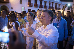 Juan Manuel Santos besucht Teilnehmer einer Friedenskundgebung am Rande der Aufbauarbeiten für die Unterzeichnung des Friedensvertrages in Cartagena / 250916<br />