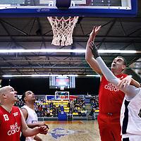Nederland, Den Helder , 20 november 2014.<br /> Benefietwedstrijd basketbal tussen team Port of Den Helder en Den Helder Legends team in de Kings Dome.<br /> Op de foto na afloop en verloren partijd voor de Den Helder Legends bedanken spelers en supporters elkaar en schudden elkaars hand. <br /> Op de foto: Wedstrijdmoment tussen het team Port of Den Helder (wit) en Den Helder Legends (rood)<br /> Foto:Jean-Pierre Jans