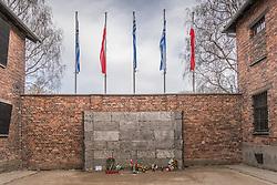 """THEMENBILD - Das Stammlager Auschwitz I gehörte neben dem Vernichtungslager KZ Auschwitz II–Birkenau und dem KZ Auschwitz III–Monowitz zum Lagerkomplex Auschwitz und war eines der größten deutschen Konzentrationslager. Es befand sich zwischen Mai 1940 und Januar 1945 nach der Besetzung Polens im annektierten polnischen Gebiet des nun deutsch benannten Landkreises Bielitz am südwestlichen Rand der ebenfalls umbenannten Kleinstadt Auschwitz (polnisch Oświęcim). Teile des Lagers sind heute staatliches polnisches Museum bzw. Gedenkstätte. Im Bild die sog. """"black wall"""", aufgenommen am 11.04.2018, Oswiecim, Polen // Auschwitz concentration camp was a network of concentration and extermination camps built and operated by Nazi Germany in occupied Poland during World War II. It consisted of Auschwitz I (the original concentration camp), Auschwitz II–Birkenau (a combination concentration/extermination camp), Auschwitz III–Monowitz (a labor camp to staff an IG Farben factory), and 45 satellite camps. Concentration camp Auschwitz I, Oswiecim, Poland on 2018/04/11. EXPA Pictures © 2018, PhotoCredit: EXPA/ Florian Schroetter"""