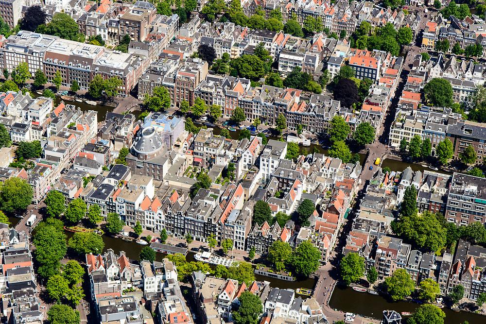 Nederland, Noord-Holland, Amsterdam, 29-06-2018; Binnenstad met Negen Straatjes, ander andere Runstraat - Huidenstraat, Berenstraat - Wolvenstraat. Felix Meritis, met koepel, Keizersgracht.<br /> City centre, canals.<br /> luchtfoto (toeslag op standard tarieven);<br /> aerial photo (additional fee required);<br /> copyright foto/photo Siebe Swart