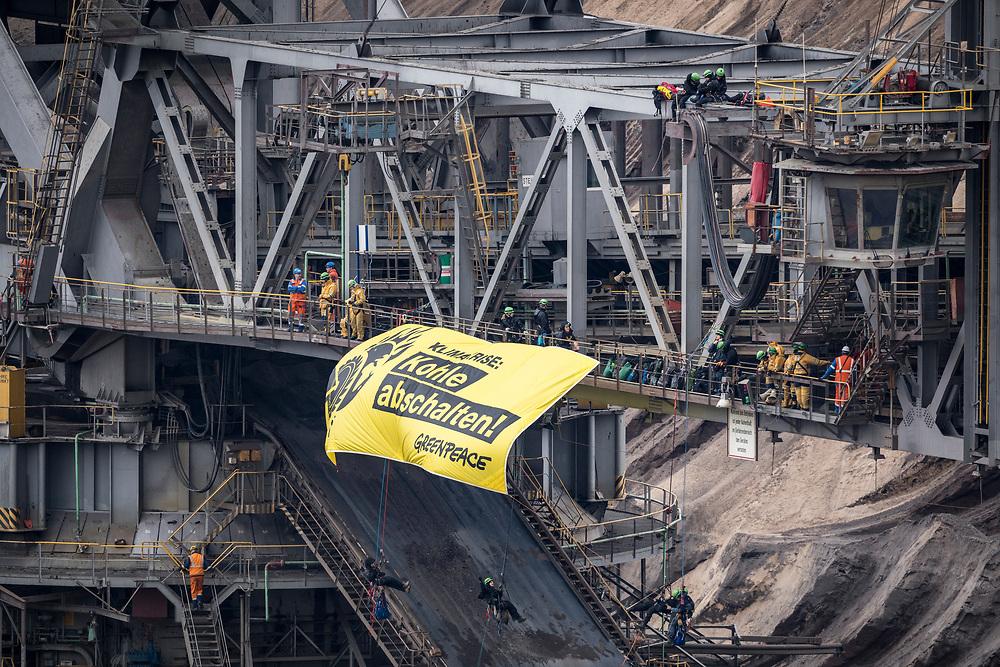 Juechen, DEU, 28.11.2019<br /> <br /> Greenpeace - AktivistInnen besetzen einen Schaufelradbagger im Tagebau Garzweiler, um fuer den Kohleausstieg zu demonstrieren.<br /> <br /> Der von der RWE Power AG betriebene Braunkohletagebau Garzweiler erstreckt sich im Rheinischen Braunkohlerevier zwischen den Staedten Bedburg, Grevenbroich, Juechen, Erkelenz und Moenchengladbach. <br /> <br /> The Garzweiler open-cast lignite mine operated by RWE Power AG extends in the Rhenish lignite district  in the westernmost part of Germany between the cities of Bedburg, Grevenbroich, Juechen, Erkelenz and Moenchengladbach.<br /> <br /> Foto: Bernd Lauter/berndlauter.com