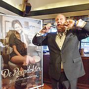 NLD/Hilversum/20160524 -  Eerste exemplaar van De Poepdokter word uitgereikt aan Edwin Rutten, Edwin Rutten