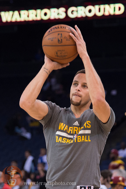 December 25, 2015; Oakland, CA, USA; Golden State Warriors guard Stephen Curry (30) shoots the basketball before a NBA basketball game on Christmas against the Cleveland Cavaliers at Oracle Arena. The Warriors defeated the Cavaliers 89-83.