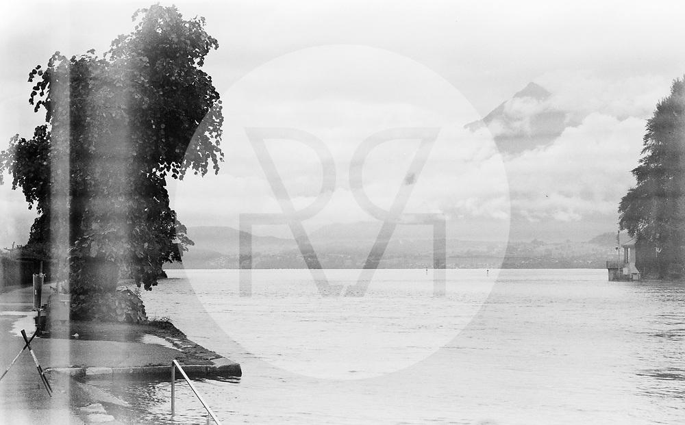 SCHWEIZ - THUN - Hochwasser in der Aare beim Ausfluss aus dem Thunersee. Nach starken Regenfällen über mehrere Tage ist die Hochwassersituation am Thunersee angespannt, der Seespiegel ist auf 558,7 Meter über Meer angestiegen und an verschiedenen Stellen über die Ufer geschwappt. Dieses Bild wurde als analoge Mittelformat Aufnahme gemacht. - 16. Juli 2021 © Raphael Hünerfauth - https://www.huenerfauth.ch