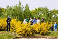 17-05-2015 NGF Competitie 2015, Hoofdklasse Heren - Dames Standaard - Finale, Golfsocieteit De Lage Vuursche, Den Dolder, Nederland. 17 mei. SPECTATORS Publiek achter de brem tijdens de singles.