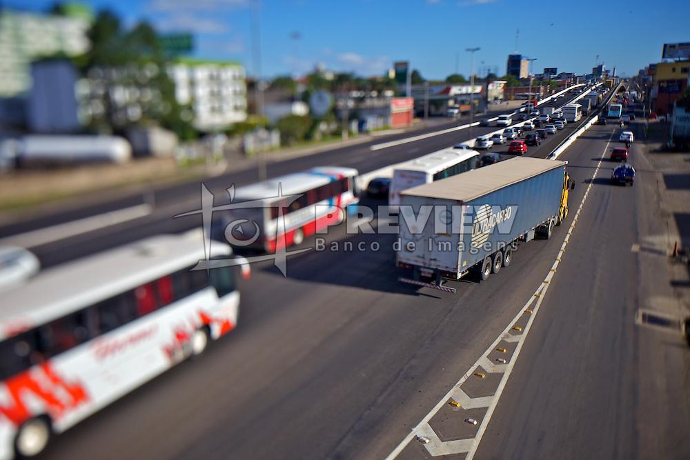 Trânsito na BR-116. O trânsito é lento e o perigo de acidentes maior, por causa da alta concentração de veículos neste ponto em Canoas-RS. FOTO: Jefferson Bernardes/Preview.com