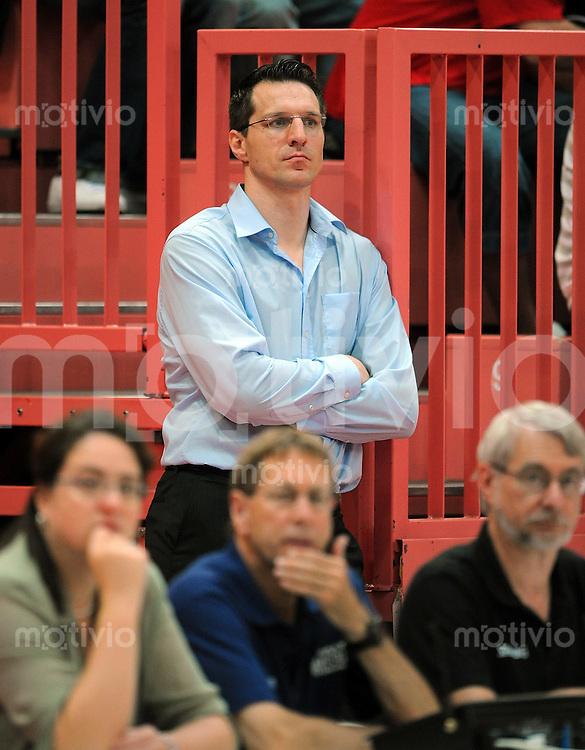 Basketball  1. Bundesliga 2008/2009   Testspiel 27.08.2008 Walter Tigers Tuebingen  - ENBW Ludwigsburg  WT Geschaeftsfuehrer Robert Wintermantel  verfolgt das Testspiel