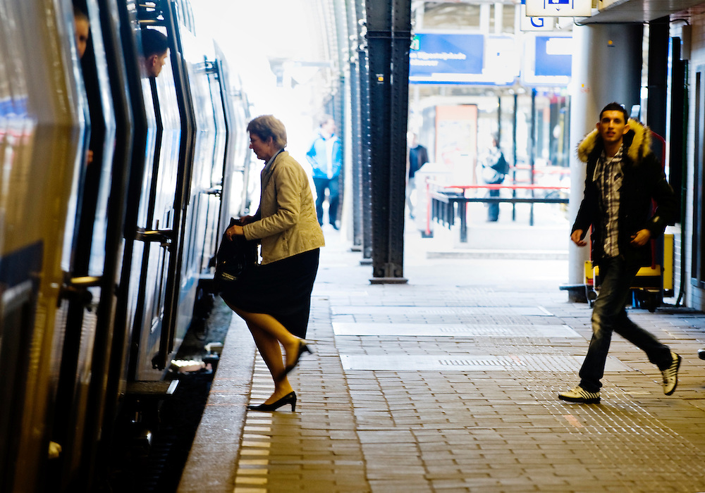 Nederland, Utrecht, 4 april 2011.Utrecht CS, mensen op perron stappen in trein..Foto (c)  Michiel Wijnbergh