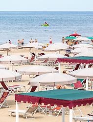 THEMENBILD - Touristen am Meer, Sonnenliegen, Sonnenstühle und Schirme am Strand, aufgenommen am 24. Juni 2018 in Viareggio, Italien // Sun loungers, sun chairs and umbrellas on the beach, Viareggio, Italy on 2018/06/24. EXPA Pictures © 2018, PhotoCredit: EXPA/ JFK