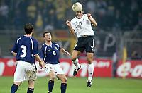 Fotball<br /> EM-kvalifisering<br /> 10.09.2003<br /> Tyskland v Skottland<br /> NORWAY ONLY<br /> Foto: Digitalsport<br /> <br /> FOOTBALL - EURO 2004 - ELIMINATORIES ROUND - GROUP 5 - GERMANY v SCOTLAND - 030910 - MIROSLAV KLOSE (GER) / GARY NAYSMITH / BARRY FERGUSON (SCO) - PHOTO JEAN MARIE HERVIO