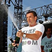 NLD/Amsterdam/20100430 - Radio 538 Koniginnedag Concert 2010, Gerard Joling spuitend met champagne