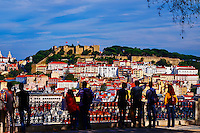 Portugal, Lisbonne, la ville et le Castelo Sao Jorge ou chateau Saint Georges depuis le Miradouro de Sao Pedro de Alcantara// Portugal, Lisbon, city and Castelo Sao Jorge or Saint Georges Castle from Miradouro de Sao Pedro de Alcantara