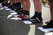 De rijders staan klaar met hun eerste manifest, de opdrachten die ze moeten rijden. In Nieuwegein wordt het NK Fietskoerieren gehouden. Fietskoeriers uit Nederland strijden om de titel door op een parcours het snelst zoveel mogelijk stempels te halen en lading weg te brengen. Daarbij moeten ze een slimme route kiezen.<br /> <br /> Riders are waiting with their first manifest, the assignments they have to fulfil. In Nieuwegein bike messengers battle for the Open Dutch Bicycle Messenger Championship.