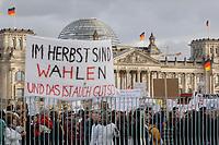 """25 JAN 2002, BERLIN/GERMANY:<br /> Demonstration der Gewerkschaft ver.di waehrend der Sitzung Buendnis fuer Arbeit vor dem Bundeskanzleramt mit Transparent """"Im Herbst sind Wahlen und das ist auch gut so"""", im Hintergrund das Reichstagsgebaeude, Sitz des Deutschen Bundestages<br /> IMAGE: 20020125-01-020<br /> KEYWORDS: Bündnis für Arbeit, Demo, Deutscher Bundestag"""